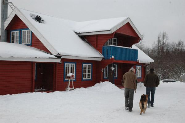 Po drodze odwiedzamy znajomych Thomasa. Dom, jak wi?kszo?? na szwedzkiej wsi, w kolorze matowo - buraczkowym (farba jest dost?pna wsz?dzie i znacznie ta?sza, ni? jakikolwiek inny kolor. Tak zwany standard :)