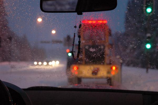 """Pogoda si? psuje. Coraz cz?ciej jedziemy w?r?d pracuj?cych p?ug?w ?nie?nych. Swoj? drog?, ciekawe czy tutejszych drogowc?w te? zima zawsze """"zaskakuje""""... Nie s?dz?."""