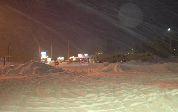 Krajobraz ksi?ycowy? Sk?d?e znowu, to tylko stacja benzynowa i parking w p?nocnej Szwecji.