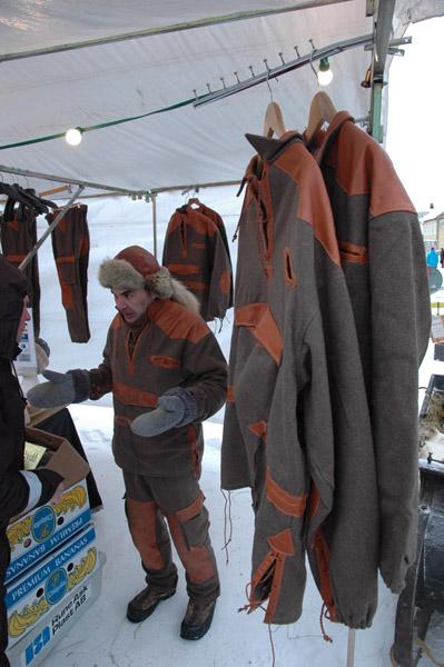 Tradycyjny str?j roboczy Saami mo?na naby? od r?ki. Kurteczka jedynie 200 euro, spodnie - nie pyta?em...