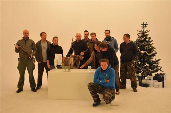 W studiu - grupowe zdjęcie na zakończenie nagrania z reniferem